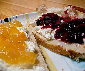Sweetened curd cheese sandwiches with jam